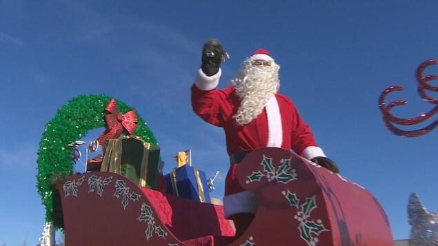 Le père Noël dans son traîneau, qui défile dans les rues de Regina.