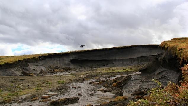 Une crevasse dans le sol expose une épaisse couche de terre riche en minéraux.