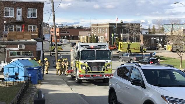 Des pompiers et des camions de pompiers au centre-ville de Rouyn-Noranda.