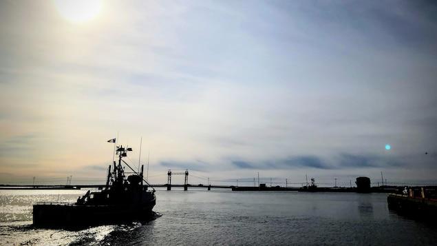 Un crabier quitte le port de Shippagan au Nouveau-Brunswick.