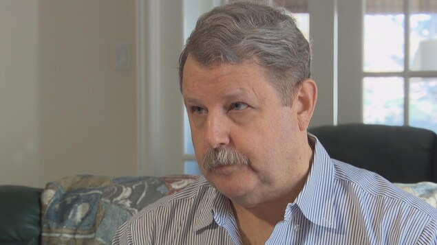 Perry Gray en entrevue dans sa maison avec Radio-Canada.