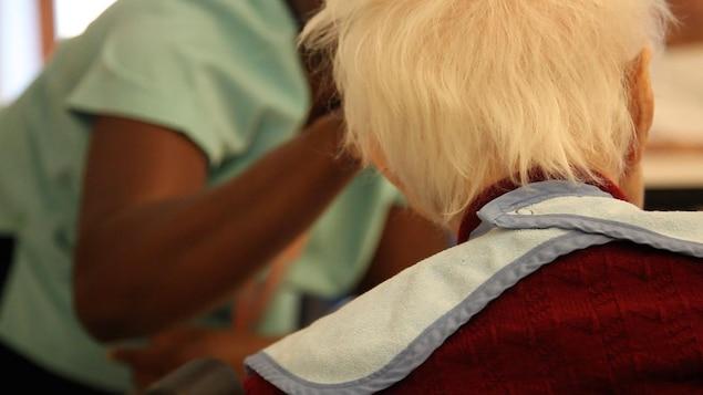 Une personne âgée et une préposée au bénéficiaire.
