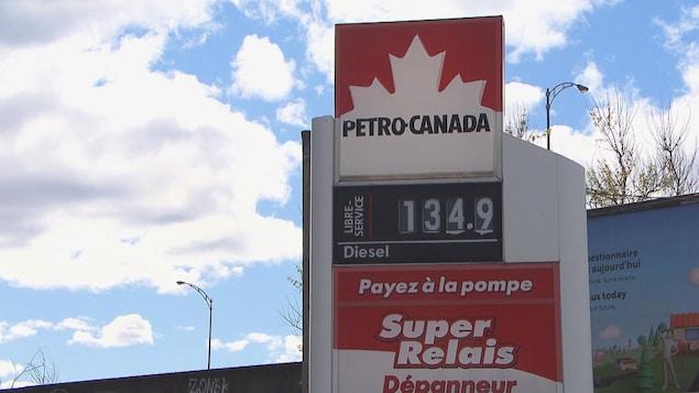 Une affiche de Pétro-Canada indiquant un prix de 134.9 cents.