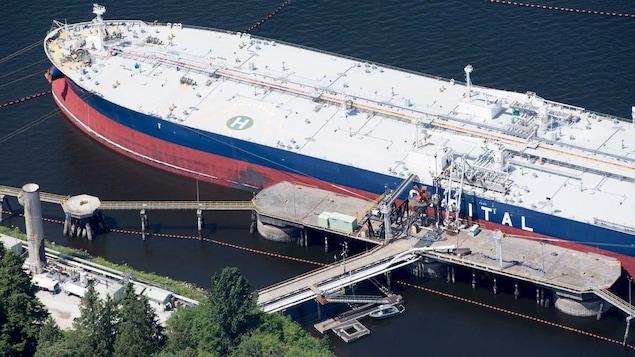 Un pétrolier amarré au terminal de Burnaby, dans le Grand Vancouver.