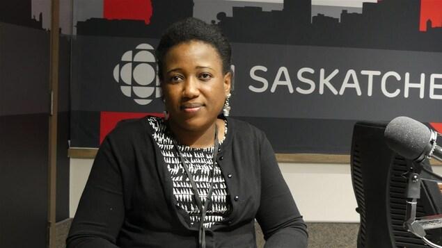 Nancie Auguste dans le studio radio de Radio-Canada.