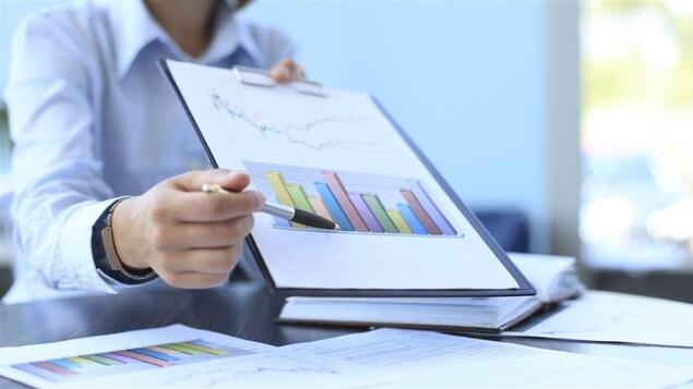 De nombreux citoyens confient à un conseiller financier la gestion de leur argent.
