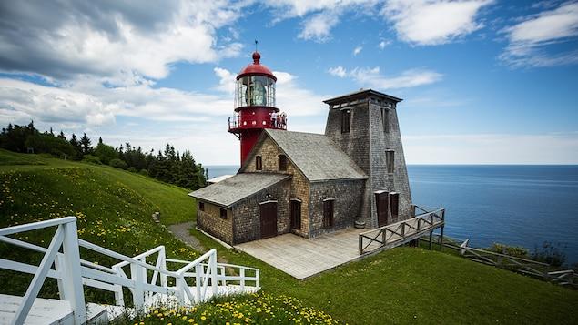 Le phare est juché sur la côte du fleuve Saint-Laurent.