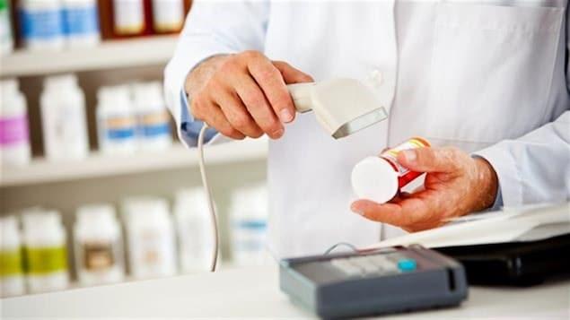 Un pharmacien scannant des médicaments