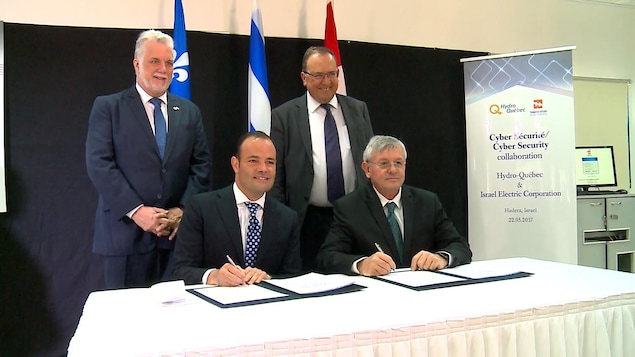 Le premier ministre Philippe Couillard, le président du C.A. d'Hydro Michael Penner et des représentants israéliens.