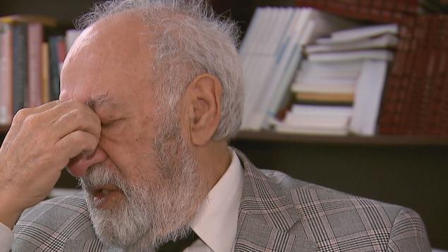 L'ex-PDG du Salon international du livre de Québec, Philippe Sauvageau, sanglote lors d'une entrevue
