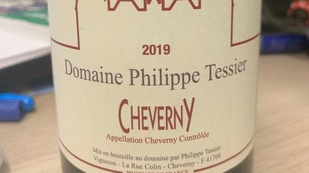 Une bouteille de vin rouge avec son étiquette.