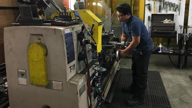 Un travailleur philippins s'affaire sur une machine de Technosub à Rouyn-Noranda.