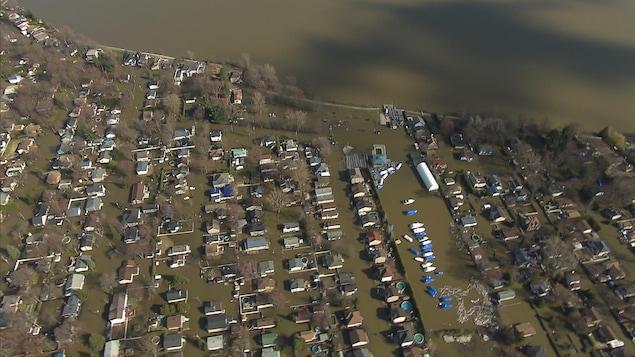 Vue aérienne sur la partie inondée de Sainte-Marthe-sur-le-Lac.
