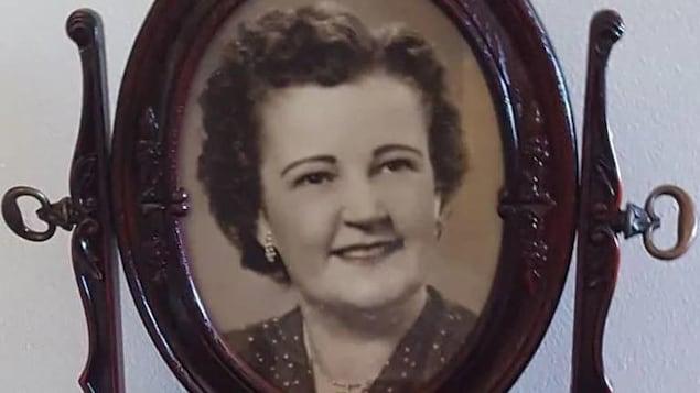 Photo ancienne couleur sépia d'une femme d'un certain âge dans un cadre.