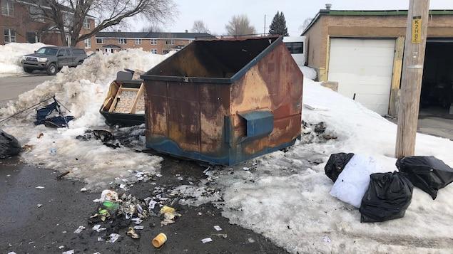 Une benne à ordures incendiée.