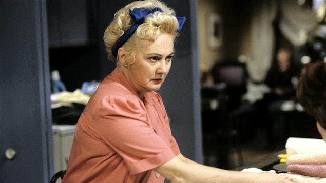 Marilyn Turgeon (Louisette Dussault) fait le ménage dans «Marilyn» en 1992.