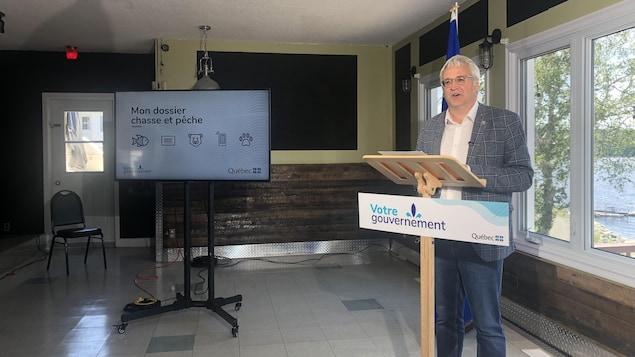 Pierre Dufour parle derrière un lutrin.