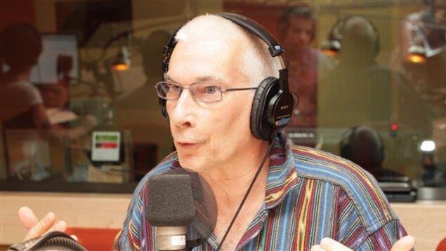 Le psychologue Pierre Faubert au micro radio de Radio-Canada