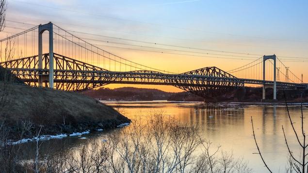 Vue du pont Pierre-Laporte et du pont de Québec sur fond de coucher  de soleil