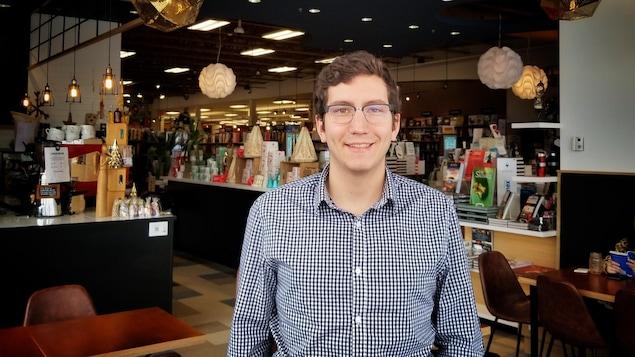 Pierre-Luc Dusseault sourit à la caméra au café Faro.