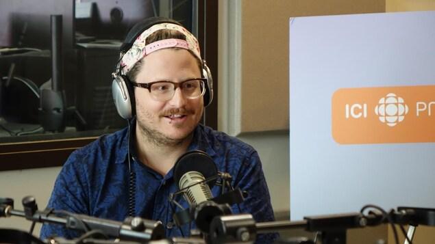 Photo de Pierre-Luc Landry en studio à l'émission Les malins à Radio-Canada