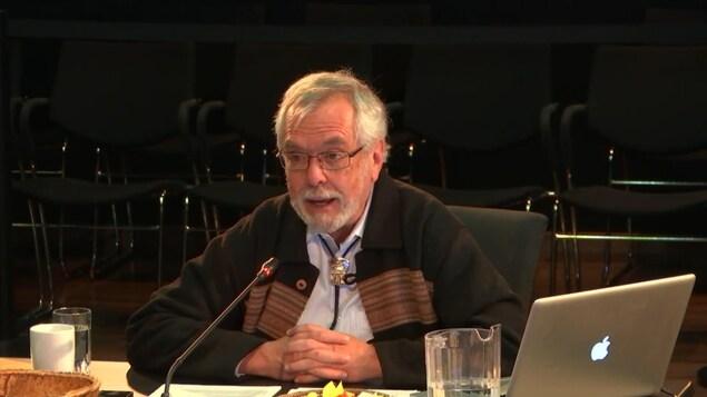 L'ancien procureur Pierre Moreau témoigne, au micro, à la Commission Viens.