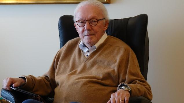 Pierre Perron assis sur son fauteuil.