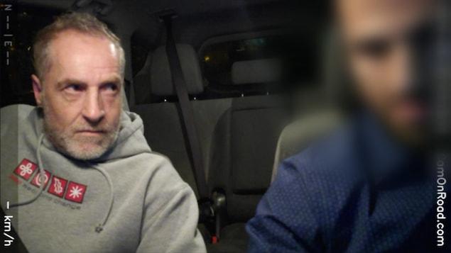 À gauche, Pierre Rodrigue fixe le chauffeur de taxi d'un regard menaçant.