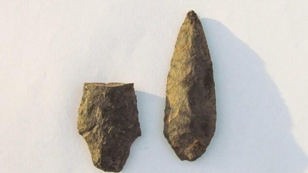 Les deux pierres taillées autochtones retrouvées sur le terrain, selon le clan Unist'ot'en.
