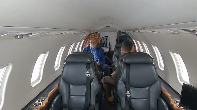 Deux hommes discutent dans un petit avion