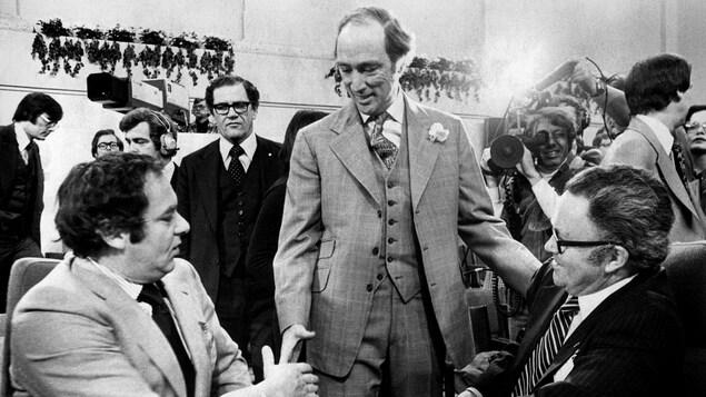 Le premier ministre d'alors, Pierre Trudeau, serre des mains lors d'une conférence à Ottawa, dans les années 1970.