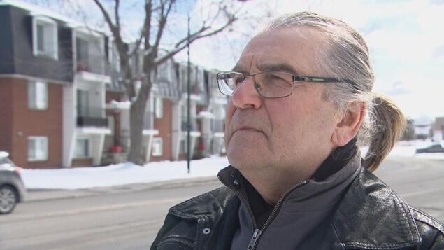 Un homme d'un certain âge à l'extérieur l'hiver en entrevue à la caméra de Radio-Canada.