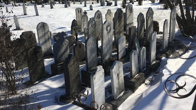 Les pierres tombales sont regroupées dans un secteur du cimetière.