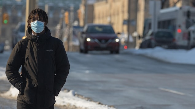 Un piéton marche au centre-ville d'Ottawa.