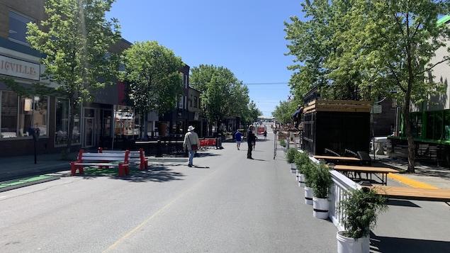 Deux personnes marchent dans la zone piétonne aménagée au centre-ville de Rouyn-Noranda.