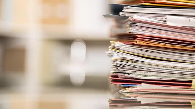 Une pile de documents sur une table.