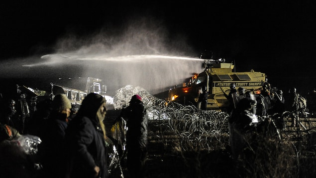 Des centaines de manifestants opposés au projet de pipeline Dakota Access ont affronté les policiers hier soir.  Les forces de l'ordre ont utilisé des gaz lacrymogènes et des canons à eau pour repousser les opposants qui tentaient de traverser un pont.