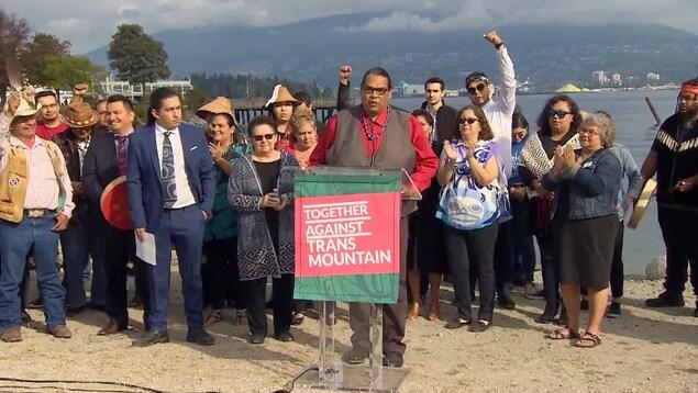 En conférence de presse, le chef de la nation Tsleil-Waututh, Rueben George, s'est félicité de la décision de la Cour d'appel qui met fin au projet de construction du pipeline Trans Mountain.