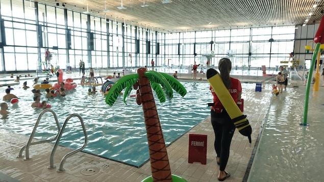 Les parents et les enfants profitent de la nouvelle piscine du Complexe sportif Desjardins.