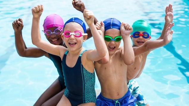 Portrait d'enfants joyeux au bord de la piscine.