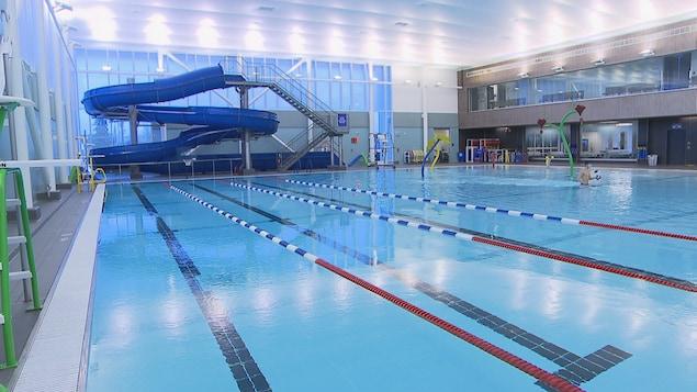 Une piscine et une glissade d'eau au centre aquatique de Granby.