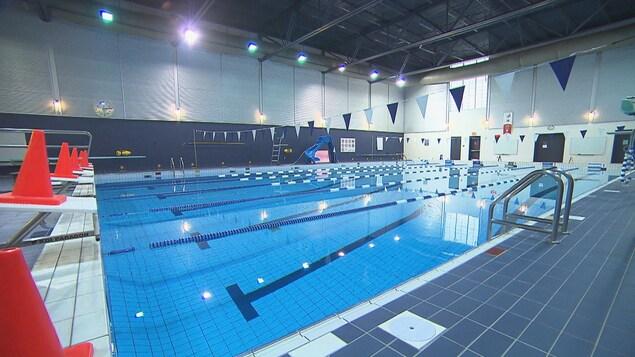 Une piscine intérieur vide avec desP cônes pour empêcher l'utilisation des tremplins.