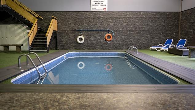 La piscine de l'Auberge Gouverneur à Shawinigan sans personne dedans ou autour.
