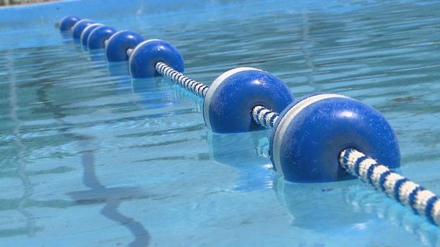Une piscine extérieure.