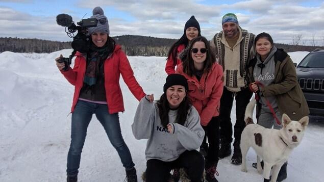 La réalisatrice Myriam Leblond avec Alex laviolette-Moar, Marie Tielen, Yanka Flamand, Luc Parlavecchio et Toly-Anne Ottawa-Flamand dans nu paysage hivernal.