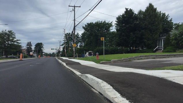 Une piste cyclable adjacente au trottoir.