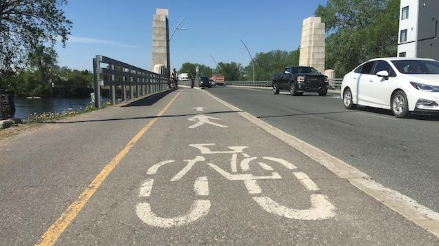 Une piste cyclable sur un pont.