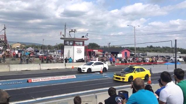 Deux voitures sur la piste d'accélération de Pont-Rouge