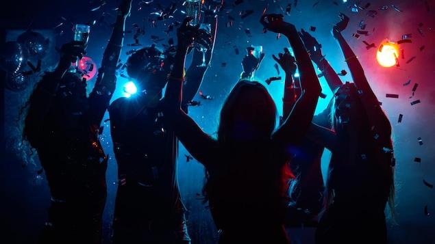 Des gens dansent sur une piste de danse.