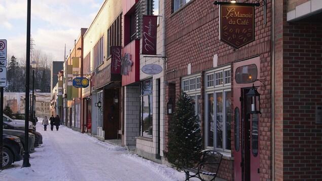 Des façades de commerces à Place LaSalle à Baie-Comeau en hiver.